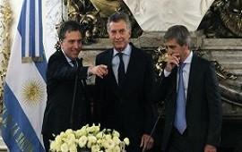 Macri le tomó juramento a Dujovne y a Caputo