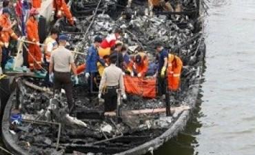 Al menos 23 muertos y 17 desaparecidos al incendiarse un barco en Yakarta