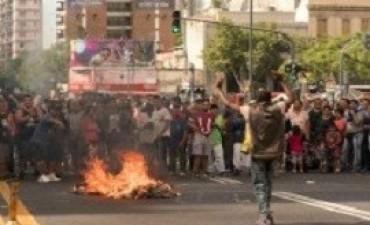 Descontrol en Once tras el desalojo de los manteros y protestas: hubo corridas, pedradas y policías heridos