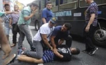 No quedan detenidos por la protesta e incidentes en Once, sigue un fuerte operativo policial pero sin manteros