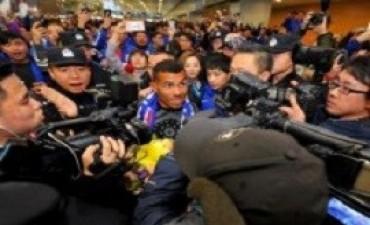 Tevez fue recibido por una multitud en China