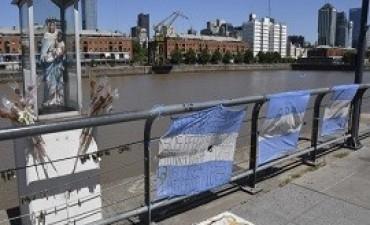 03/01/2018: Tres banderas argentinas con inscripciones alusivas a los 44 tripulantes del submarino desaparecido, flamean en Puerto Madero