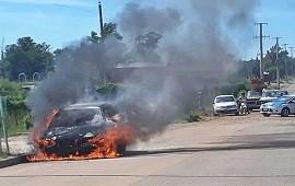 22/01/2019: Venía circulando y se le prendió fuego el auto