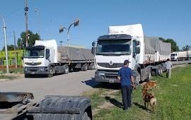 18/01/2021: Transportistas autoconvocados cortan el tránsito de carga en la autopista Buenos Aires-Rosario y otros puntos del país