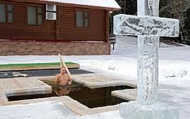 19/01/2021: Vladimir Putin se sumergió en agua helada frente a una enorme cruz en un ritual religioso