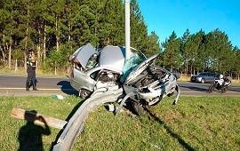 20/01/2021: Brutal accidente de tránsito en la ruta 2: un auto chocó contra una columna de luz