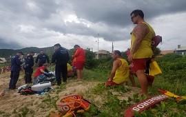 21/01/2021: Brasil: una maestra se asomó a una orilla rocosa para tomarse un selfie, cayó al mar y murió