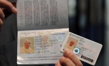 El Papa Francisco tramitó sus nuevos pasaporte y DNI en el Consulado Argentino