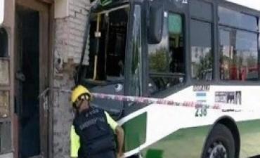 26/02/2018: Un colectivo se incrustó en una casa por el