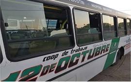 17/02/2021: Un colectivo no pudo tomar servicio porque le rompieron tres ventanillas