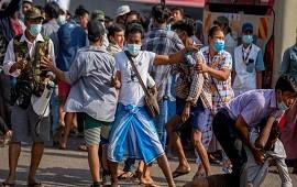 25/02/2021: Birmania: civiles pro dictadura atacan a opositores al golpe