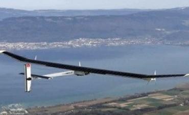 Un avión alimentado sólo a energía solar buscará dar la vuelta al mundo