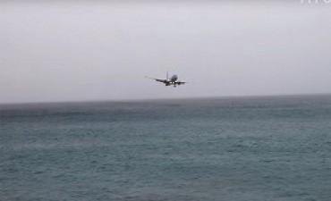 14/03/2017: Video | Avión casi se estrella en el mar frente a playa paradisíaca