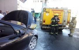 07/03/2019: Revuelo en pleno centro por un auto con principio de incendio