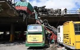 25/03/2019: Volcó un camión de cerveza y otro quedó colgado en la Autopista 25 de Mayo: así fue el choque