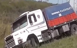 20/04/2019: Un descuido provocó que perdiera el control y termine volcando el camión