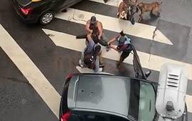 09/04/2021: Impactante video: vecinos y una policía atraparon a un ladrón que intentaba escapar en un auto con una pistola falsa