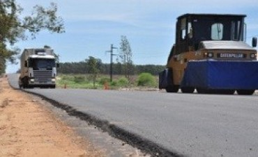 El asfaltado del acceso a Colonia Ayuí presenta un importante avance