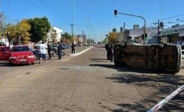 04/05/2017: Choque y vuelco en los semáforos de avenida San Lorenzo y Entre Ríos