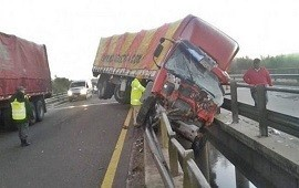 15/05/2019: Se durmió al volante y el camión quedó colgado sobre un puente de la ruta 14