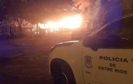 08/05/2021: Un móvil policial fue apedreado por los vecinos cuando acudió a ayudar en un incendio