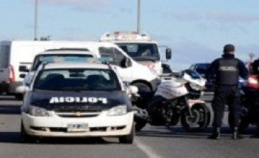 Asaltantes roban 11 millones de pesos y balean a dos policías en la autopista Buenos Aires-La Plata