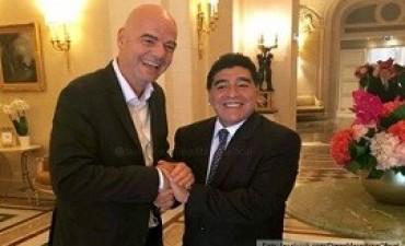 Maradona, luego de las críticas, tuvo un encuentro con el presidente de la FIFA