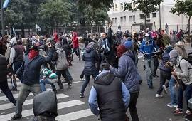 28/06/2017: La Policía desalojó una protesta en la avenida 9 de Julio y Belgrano