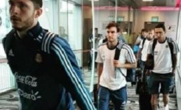10/06/2017: El seleccionado argentino llegó a Singapur para finalizar la gira