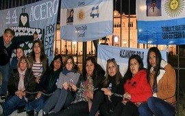 28/06/2018: Familiares de tripulantes del ARA San Juan se encadenaron en Plaza de Mayo