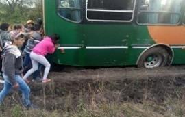 06/06/2019: Por el mal estado del camino, alumnos entrerrianos debieron empujar el colectivo para llegar a la escuela