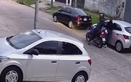 10/06/2021: Motochorros asaltan a una mujer ante la mirada de su hijo