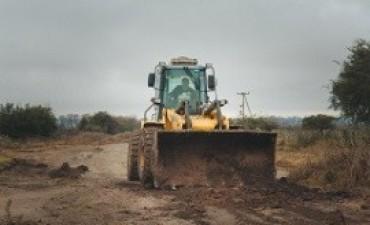 Trabajan en la conservación de caminos en el distrito Sauce