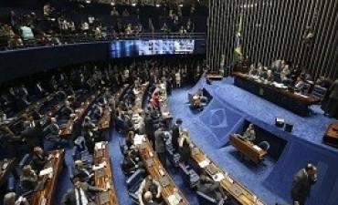 11/07/2017: Tras las protestas, el presidente del Senado cortó la luz y suspendió la sesión