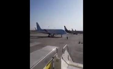 15/07/2017: El momento en que un trabajador detiene a un avión en movimiento con sus propias manos