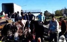 18/07/2019: Corrientes: un camión volcó, su chofer murió y una multitud saqueó la mercadería