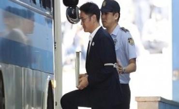 25/08/2017: Condenaron a cinco años de cárcel por corrupción al heredero de Samsung