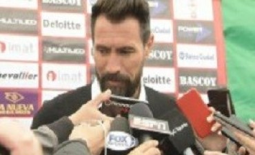 Domínguez anunció su renuncia como entrenador de Huracán