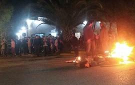 04/10/2019: Alarmados por la inseguridad, prendieron fuego frente a la Comisaría