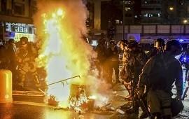 08/10/2019: Hong Kong: golpean y prenden fuego a un policía de civil