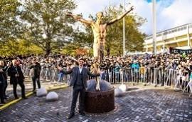 08/10/2019: Zlatan Ibrahimovic ya tiene su estatua semidesnuda de tres metros de altura