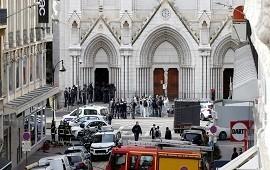 31/10/2020: Un ataque terrorista en Francia dejó tres muertos, uno de ellos decapitado, en la basílica de Niza