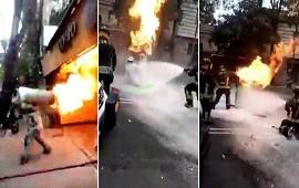 19/10/2021: Bombero saca garrafa de gas en llamas y evita una explosión
