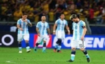 Tras la derrota, la Selección volvió de Brasil y postergó la práctica