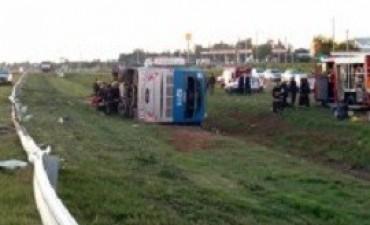 Dos muertos y 17 heridos al volcar un ómnibus a la altura de Río Cuarto