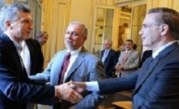 Piqueteros y senadores del PJ, la más dura oposición a Macri