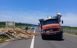 22/11/2018: A un camión se le salió una rueda y volcó su carga en la autovía de la ruta 14