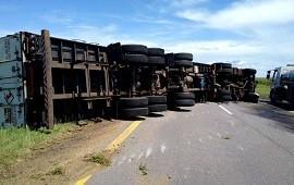 06/11/2019: Camión volcó en plena ruta 14 y provocó demoras a quienes transitaban por la zona