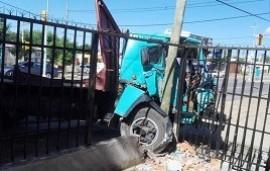 27/11/2019: Un camión sin frenos se metió en el frente de un negocio de avenida San Lorenzo