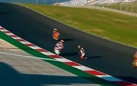 22/11/2020: n piloto de MotoGP salvó su vida de milagro: quedó arrodillado en plena pista mientras las motos pasaban a su lado a toda velocidad